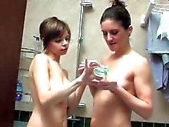 Busty девочкой и зрелая телка играют в ванной комнате
