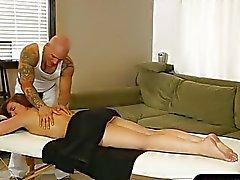 Süße Maddys Oreilly ansaugt masseurs Hahn auf Massagebank
