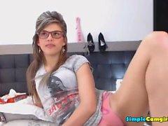 Horny College Girl мастурбирует в своей постели