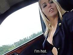 Christine Courtney pääsee pillua sekaisin takana autoa