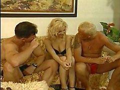 Hete blonde krijgt jongens pik en zuigt het moeilijk op de bank
