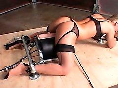 Blonden sex slave in den Ketten von einer Maschine fickte fett abrotzt