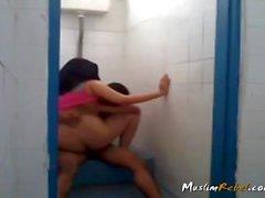 Indonesia pariskunta vitun sisään WC