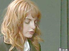 Écolière Cheveux roux dominée et la baiser surface