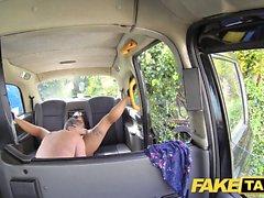Le massage Fake Taxi se termine par un énorme facial après la baise