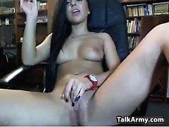 Junge Amateur Hooker Fingersatz ihre Pussy auf cam