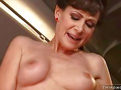 Brune Air Hostess chevauche bander dur sur avions