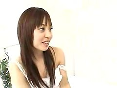 chicas asiáticas lindas introducen entre sí a los placeres de l