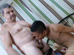 De papa Bareback baise Asian de Garçon Craig