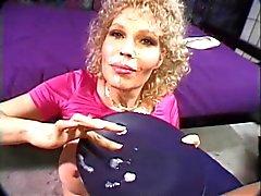 Пожилая белокурая обожает получать ее круглого сиськи сосал