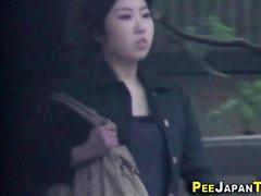 Asiatische Jugendliche pinkeln auf cam