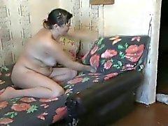 Feio mãe com boceta peluda lavar o chão