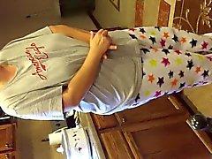 Stufe mamma big tits aus nächster Nähe im einer dünnen Hemd nettes Spalte