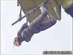 Bebê japonês fodido e é suspenso por um guindaste