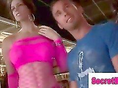 La muchacha engañando hombre recto dentro mamada gay a de gloryhole