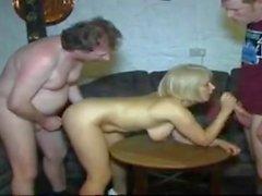 STP5 Hot Sexy Milf nimmt Mann und Sohn in der Bar!