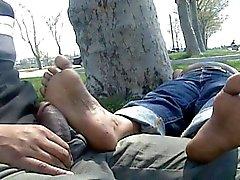 Пожилые индийский ножки массировал и петух протер в общественных