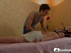 Slutty jugendlich Mädchen bekommt eine glückliche Massage