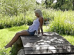 Blonde woman ruotsalainen koskettava klitorista