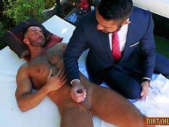 Muscle le sexe anal gay avec éjac