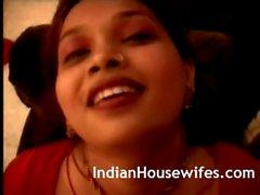 Femme au foyer indien Red Sari Décapage Butts Big Révéler
