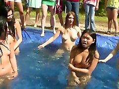 Adolescente de fiesta de la piscina exterior