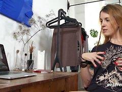 Irina masturbiert zu Erosty Porn auf ihrem Laptop