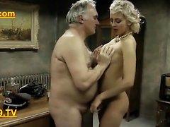 Homem velho do exército toma prisioneiros esposas