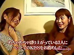 2 meninas asiáticas beijando Chupando Tongues no sofá e na cama O Hotel Roo