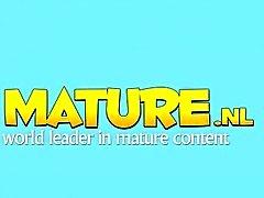 Natürlichen vollbusige mature Spielereien in Halterlosen