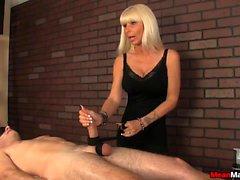 Blondes Masseuse teilt die Auffassung, Massage auf ihrer Bedingung auf Hahn