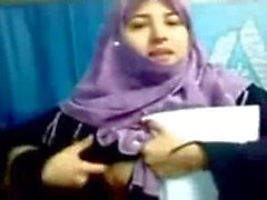 Pakistanaise de Hijab l'étudiante de fille Boobs Afficher les