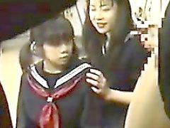A cuatro las colegialas japonés Reproducción de un grifo