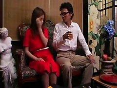 Söt asiatisk babe i vita trosor fingrar hennes fitta