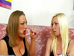 Blonde moeder en dochter Cock Sucking Lesso