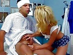 Горячий медсестры получит сперма в жопе