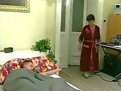 Älterer granny Vermieterin weckt sie junge lodger ein bumsen