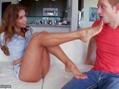 Isabellas Taylor mag ihrem schönen Füßen
