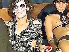 Gayvänligt orgier här videon är lite bizarre i de kläder men att det fanns i