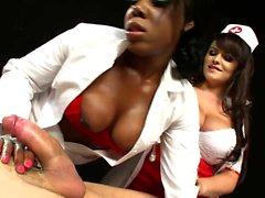 Медсестры выстраиваются в линию для серьезного траха в съемке крупным планом