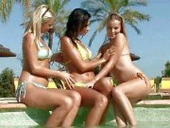Sensuais lésbicas morena e loira lambendo e dedilhado bichanos em uma orgia lésbica de três vias