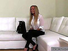 Blonde in Dessous posiert auf Gießen