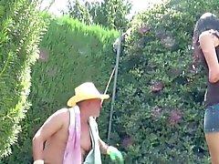 Vater en fickt jábega de Stief - Tochter al aire en el jardín