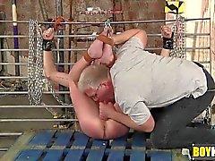 Себастьян используются жесткий игрушками для секса в ведомого во время прикован и завязал