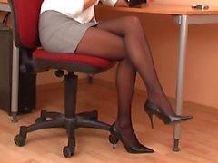Secretária sexy na meia-calça preta