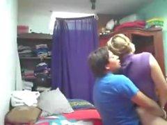Fat Dick fickt ihre niedliche Freundin mit einem Strap-on