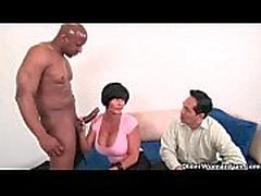 Cuckold gubbe klockor hustrun bli knullad av en stor svart kuk