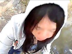 Orientalisk flicka med tar hela satsen inom parkera och och strök tim