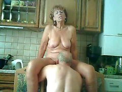 opa verwahrt zijn vrouw in de keuken