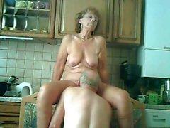 opa verwent zijn Vrouw dans de Keuken